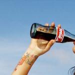 donna-beve-coca-cola