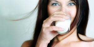 donna-beve-latte