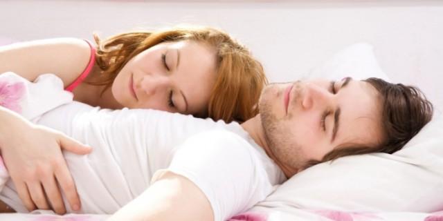 Ditemi come dormite e vi dir che coppia siete roba da - Coppia di amatori che scopano sul divano ...
