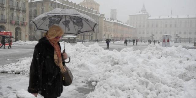 Piazza Castelloi durante la forte nevicata in città, Torino, 29 gennaio 2012 ANSA/ TONINO DI MARCO