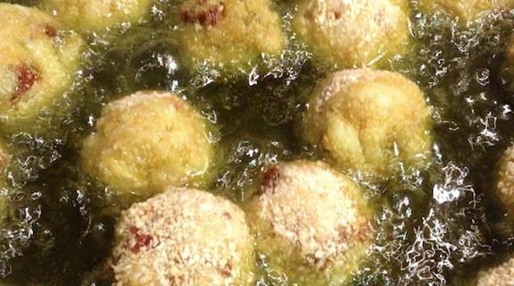 Polpette della Vigilia con baccalà e pomodori secchi