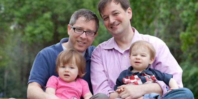Le coppie gay si recano all'estero per poter adottare un bambino: la ricerca di Familylegal