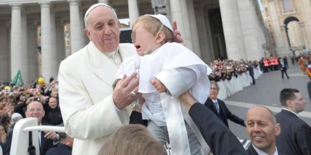 "Papa Francesco bacia un ""pontefice in miniatura"" in piazza S. Pietro"