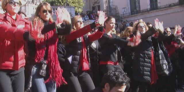Flash mob contro la violenza sulle donne; in centinaia in piazza