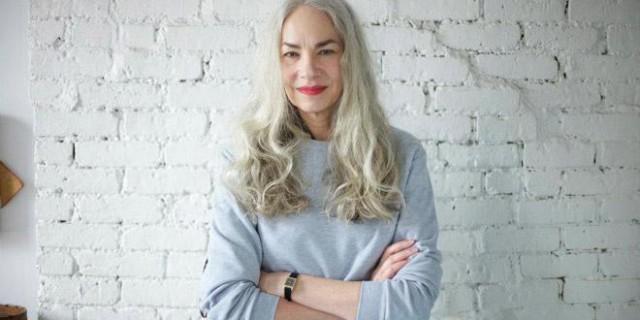 Modella 62 enne, si può essere sexy e attraenti anche con i capelli grigi?