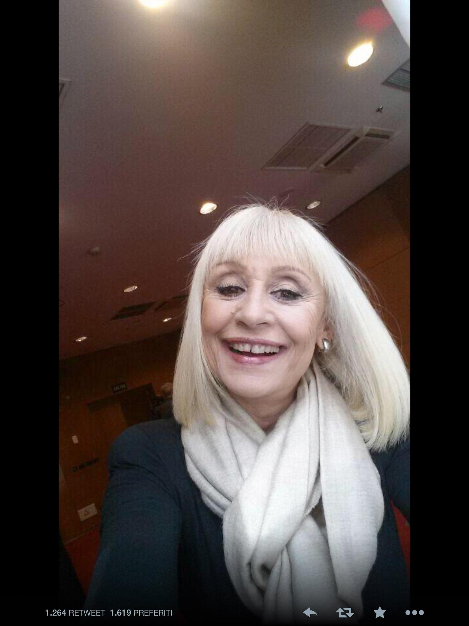 Raffaella Carrà non resiste e twitta il suo primo selfie