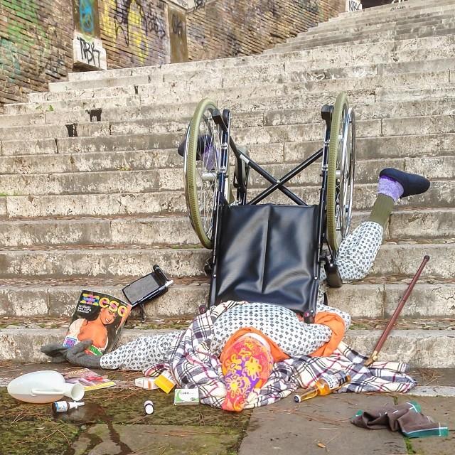 caduta dalle scale con carrozzella