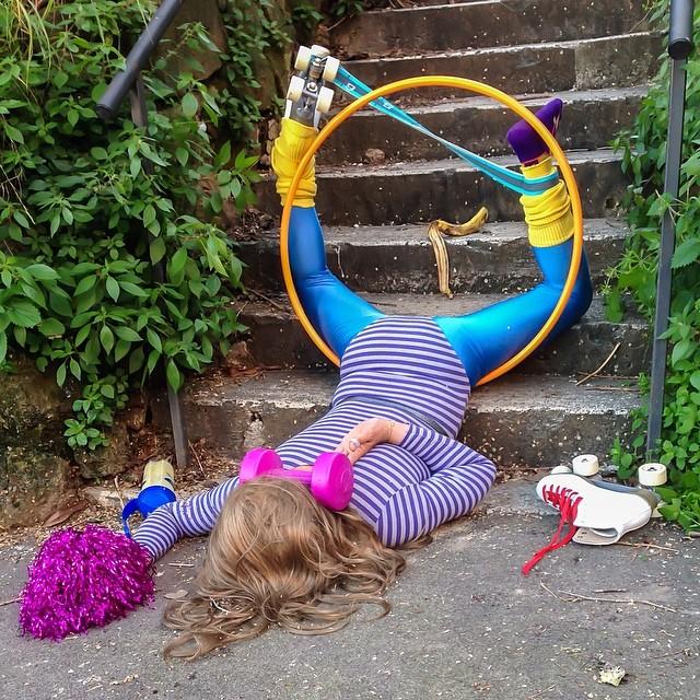 caduta dalle scale con pattini e hula hoop