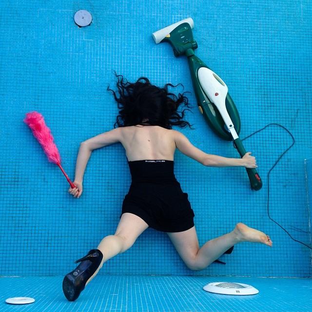 caduta in piscina con aspirapolvere