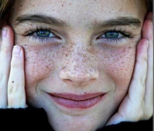 Trucco con lentiggini e occhi verdi