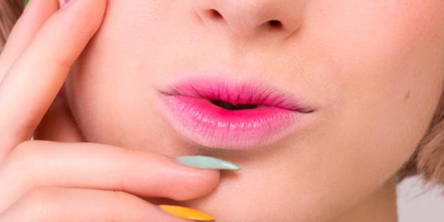 Le labbra bicolor, o ombre lips, sono un trucco che attira l'attenzione e che rende la bocca più carnosa. Scopri come realizzarle in modo facile e veloce!