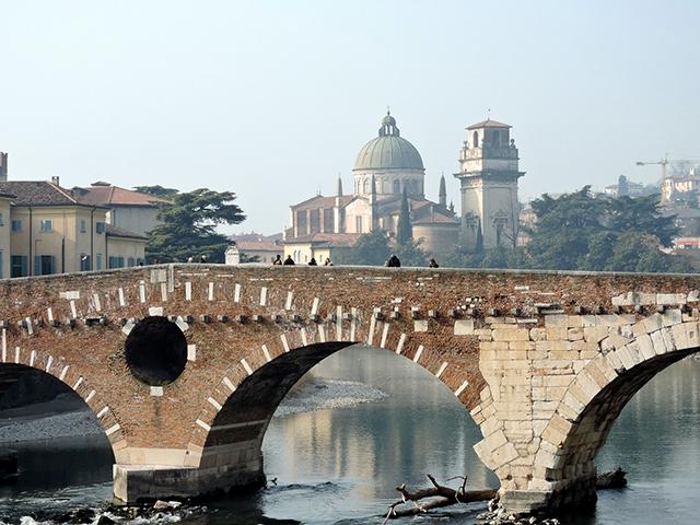 (Fonte: http://pixabay.com/en/verona-bridge-stone-ancient-643773/ - Public Domain – No attribution required)
