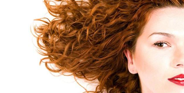 Spazzolare capelli ricci corti