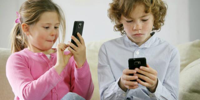 gli smartphone danneggiano il cervello di bambini e adolescenti