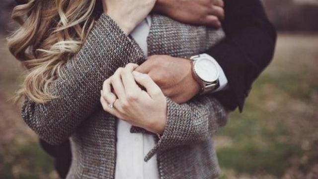 seno prosperoso abbraccio