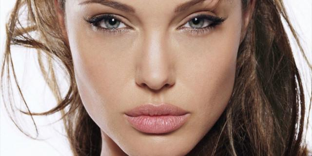 Angelina Jolie perso verginità