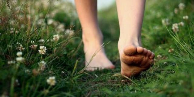 I Benefici di Camminare a Piedi Nudi in Casa