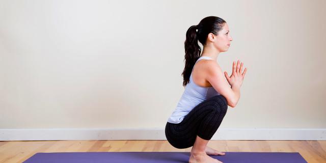 Squat con gambe divaricate in posizione yoga